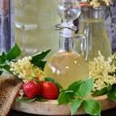 Holunderblütenernte für selbstgemachten Holundersirup