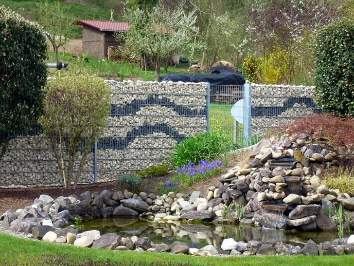 Steinzäunen und Gabionenwänden