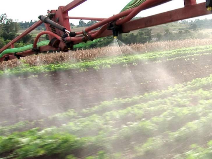 Sprühen von Herbiziden