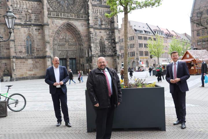 Platz vor der Nürnberger Lorenzkirche mit Stadtbäumen begrünt