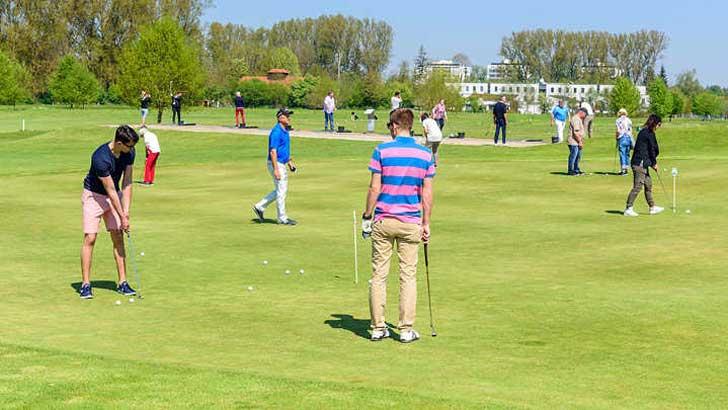 Menschen spielen Golf