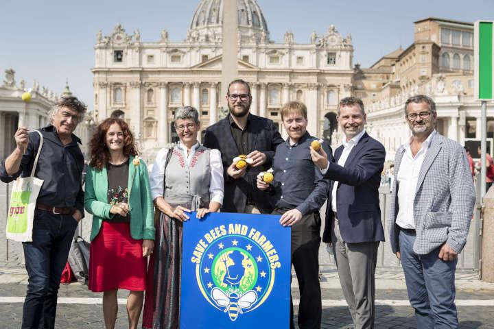 Papst Franziskus empfängt Bienenschützer:innen