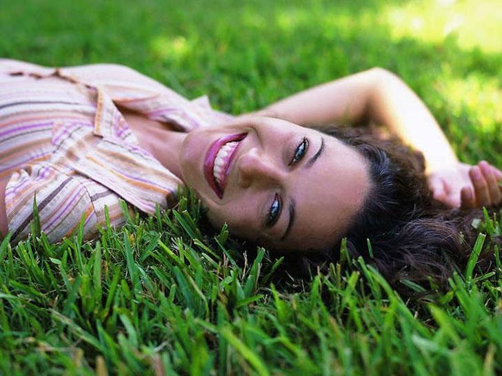Frau im Gras